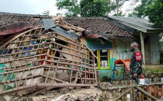 Bangunan Posyandu Tiba-Tiba Roboh Saat Dipakai Belajar Anak PAUD, Brukk, Banyak Korban - JPNN.com
