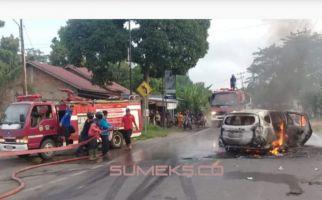 Mobil Calya Terbakar Dekat SPBU, Lihat Hangus Begini - JPNN.com
