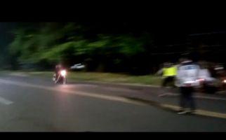 Pembalap Liar Terobos Barisan Polisi, 2 Petugas Terpental ke Aspal, Videonya Viral - JPNN.com