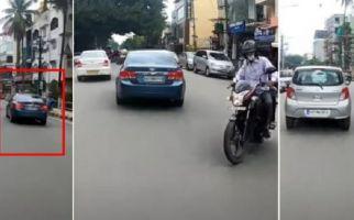 Polisi Langsung Bergerak Saat Pengemudi Mobil Warna Biru Melintas - JPNN.com