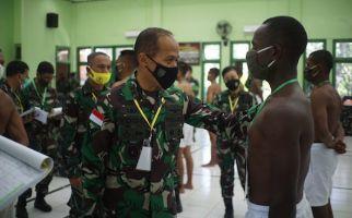 Detik-detik Pangdam Cenderawasih Mendatangi Ratusan Pemuda Bertelanjang Dada - JPNN.com