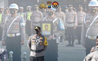 Perhatikan Foto Anggota Polisi di Belakang AKBP Rofikoh Yunianto, Dia Sudah Dipecat - JPNN.com