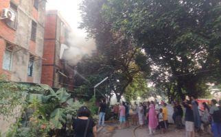 Rusun Klender Terbakar, Gulkarmat Jaktim Kerahkan 11 Unit Mobil Branwir - JPNN.com