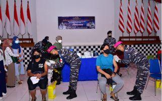 Koarmada III Gelar Serbuan Vaksinasi Covid-19 Dosis Kedua untuk Warga Kota Sorong - JPNN.com