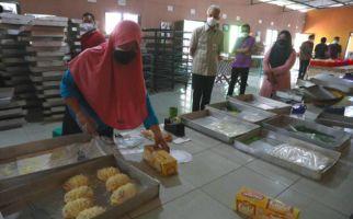 Tri Terdiam, Syok Melihat Sosok yang Tiba-Tiba Masuk ke Toko Rotinya - JPNN.com