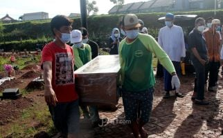 Tiba-Tiba Kuburan Khusus Jenazah Covid-19 Retak, Amblas, Peti Mayat Itu - JPNN.com