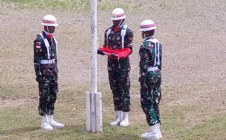Lihat, Personel Satgas Yonif 751 Bantu Pemda Tolikara Kibarkan Bendera Merah Putih - JPNN.com