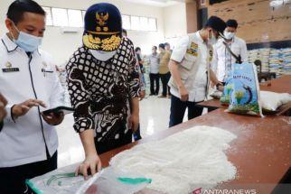 Hari Itu Juga, Beras Berkutu untuk Bansos di Bangkalan Langsung Diganti - JPNN.com Jatim