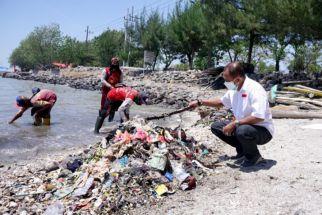 Pantai Kenjeran Kian Kumuh, Sampah Menumpuk di Sekitar Taman Suroboyo - JPNN.com Jatim